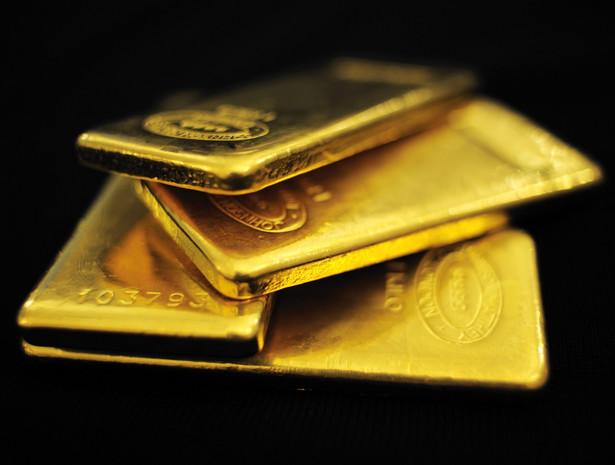 Od 2001 r. cena złoto rosła średniorocznie o 15 proc.- mierząc wartość w dolarach. Szlachetny kruszec przyciągał głównie inwestorów, którzy obawiają się wysokiej inflacji, trwałej deflacji czy kryzysu gospodarczego.