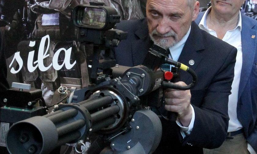 Macierewicz chce zalegalizować broń?!