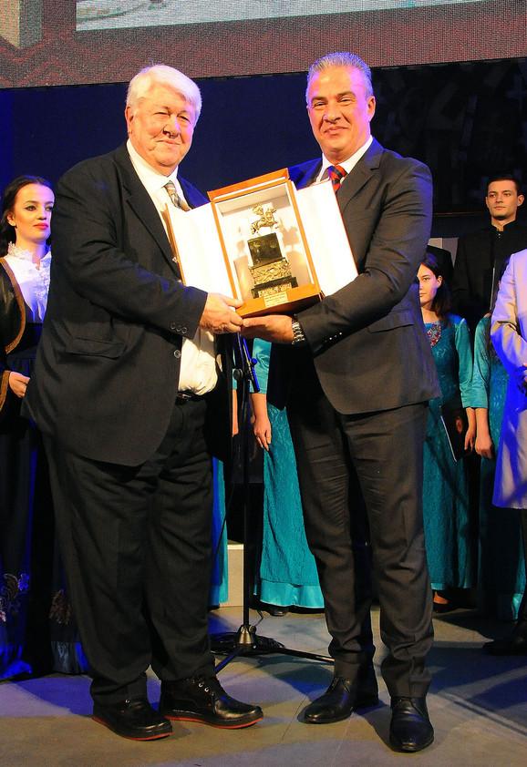 Prof. dr Radoslav Bubanj dobija nagradu od Radeta Rajkovića predsednika Skupštine grada Niša