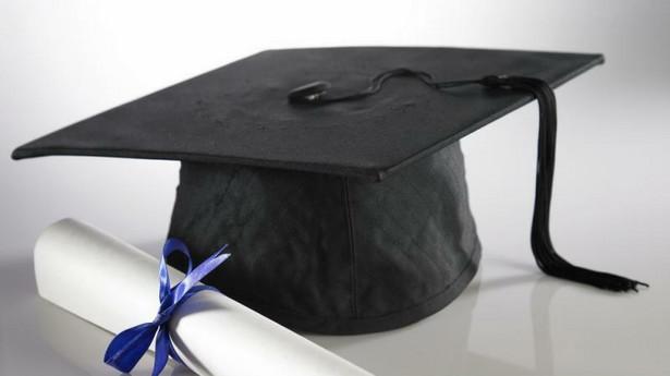 W pytaniu chodziło o to, czy osobie, która osiągnęła 25 lat życia, będąc na ostatnim roku studiów podyplomowych, przedłuża się prawo do renty rodzinnej do zakończenia tego roku studiów.