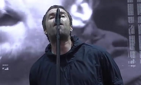 ZA SVAKU OSUDU: Slavni pevač uhvaćen kako DAVI SVOJU DEVOJKU! (UZNEMIRUJUĆI VIDEO)