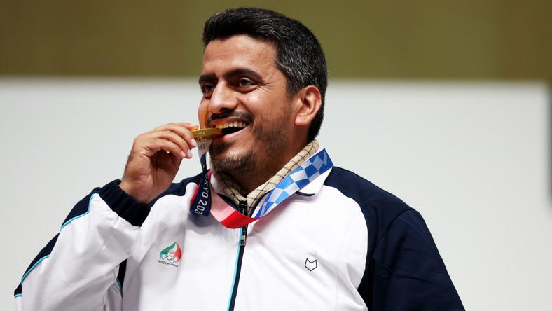Javad Foroughi podczas ceremonii medalowej w Tokio