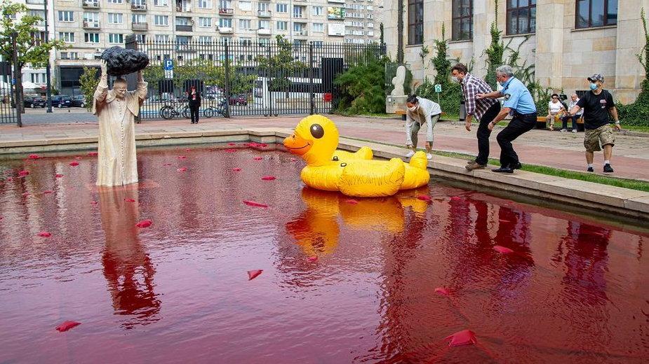 Warszawa: dmuchana kaczka pływała obok nowego pomnika Jana Pawła II
