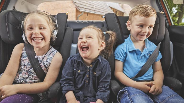 Jak przewozić dzieci? Przepisy, zasady bezpieczeństwa, foteliki