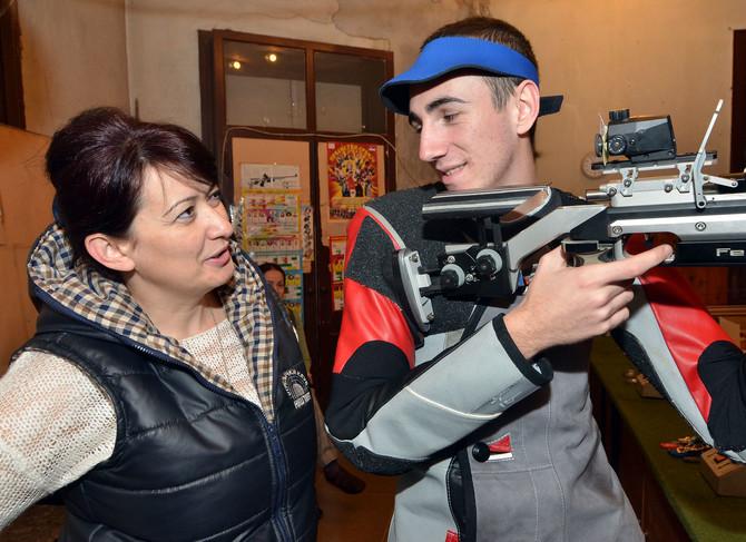 Andrija Milovanović, strelac koga ona trenira, već je oborio dva državna rekorda u gađanju vazdušnom puškom