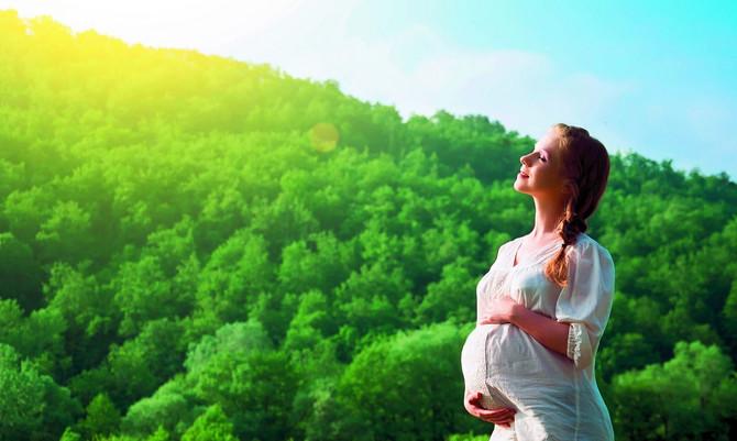 Ako je vaša trudnoća normalna i protiče bez komplikacija, slobodno možete da uživate u vođenju ljubavi. Ne brinite, beba je zaštićena u materici i seks ne može da joj naškodi, osim u slučajevima visokorizičnih trudnoća