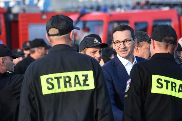 Premier Mateusz Morawiecki wita polskich strażaków w Świnoujściu.