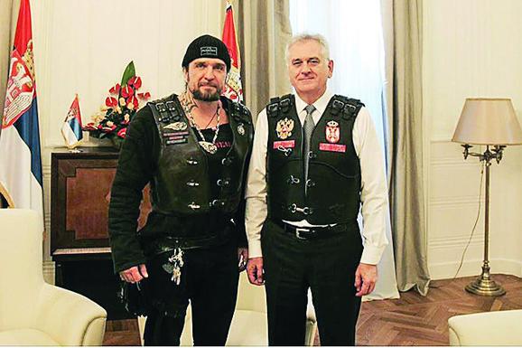 Sa ruskim bajkerima:  Srpski grb na  srcu, a ruski na  desnoj stran