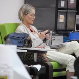 Sharon Stone w skromnym wydaniu w salonie piękności. Wygląda na 59 lat?