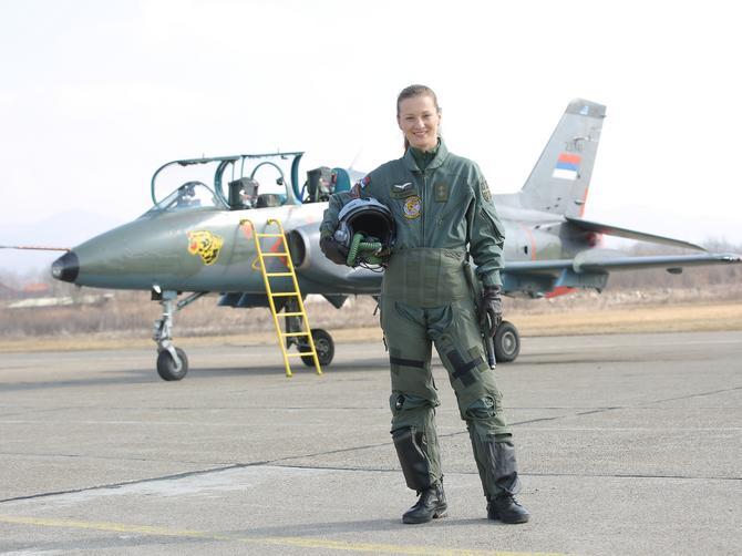 Ova šminkerka piše istoriju srpske avijacije: Bila je prvi trudan pilot u Srbiji!