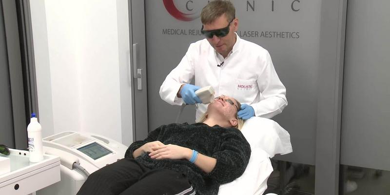 Krzysztof Gojdź wykonał popularny zabieg. Na czym polega fototerapia?