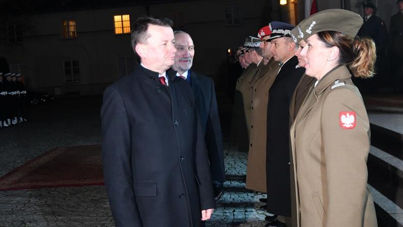 Anna Pęzioł-Wójtowicz (po prawej) podczas powitania nowego szefa MON