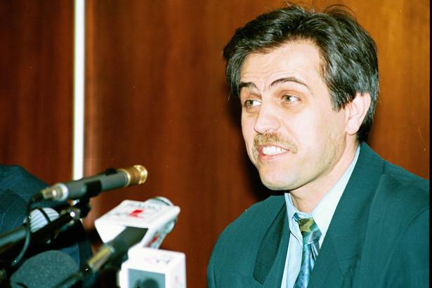 Zdjęcie archiwalne z 7 marca 1994 r. - Zygmunt Solorz podczas konferencji prasowej zarządu Polsatu w Hotelu Holiday Inn w Warszawie, fot. Sławomir Kamiński