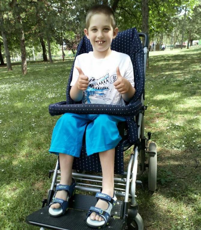 Dimitrije ne gubi nadu da će ponovo prohodati i pridružiti se drugarima u školi