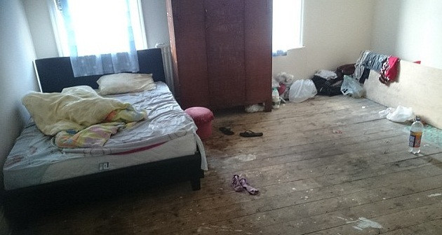 2419268E00000578-2876138-Filthy_The_Rochdale_house_where_the_13_Slovakian_slaves_lived_Th-a-14_1418749162624