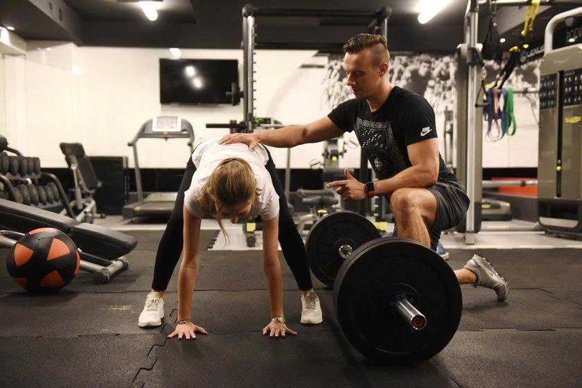 Przemysław Wąsak z modelką pokazują jak prawidłowo wykonywać ćwiczenia