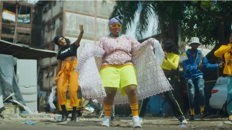 Teni mixing pop culture with street culture as an 'area mummy' in her new video for 'Sugar Mummy. (YouTube/Teni Entertainer)