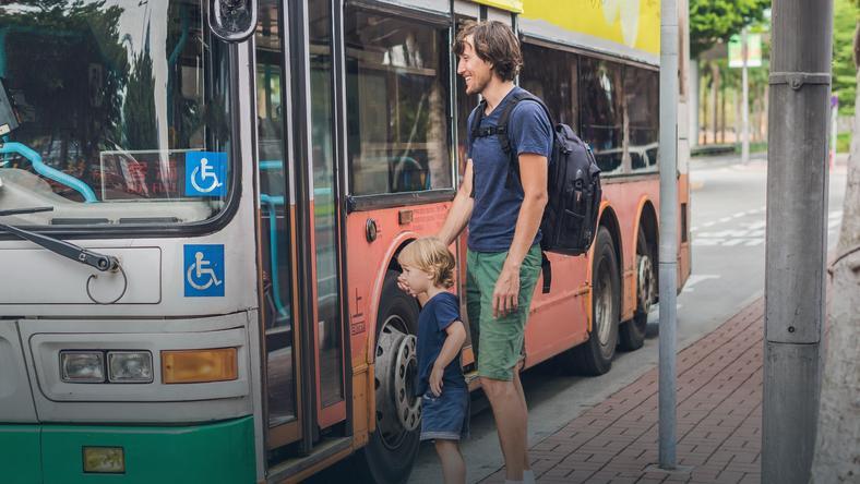 Kierowca wyprosił ojca z dziećmi z autobusu