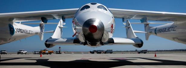 Prywatny statek kosmiczny Virgin Galactic SpaceShipTwo na płycie lotniska San Francisco International Airport w San Francisco, Kalifornia, USA