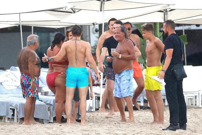 Konor Mekgregor sa fanovima na plaži u Južnoj Francuskoj