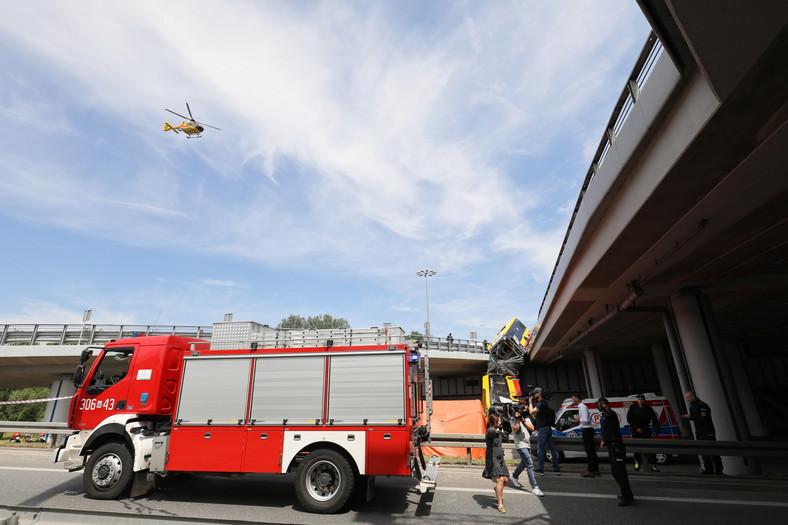 Śmigłowiec LPR na miejscu wypadku autobusu miejskiego w Warszawie.