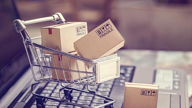 zakupy online, sklepy internetowe, e-sklep, kosz, paczki, przesyłka, fragile, zakupy przez internet. / fot. Shutterstock