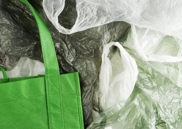 Według szacunków resortu finansów objęcie wszystkich toreb foliowych opłatą recyklingową ma dać jeszcze w tym roku 63 mln zł do budżetu, a w 2020 r. - ponad 1,4 mld zł. Ministerstwo wyliczając wpływy za 2020 rok przyjęło założenie wykorzystania 150 sztuk foliówek na jednego mieszkańca Polski. Obecnie możemy wykorzystywać nawet 300 toreb z tworzyw sztucznych na mieszkańca rocznie.