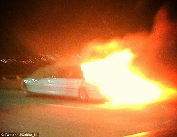Limuzina u trenutku kada je buknuo požar (FOTO:Twitter / @Debbz_84)