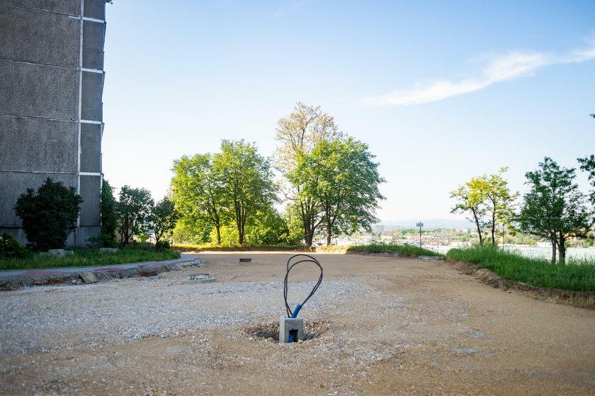 Lampa na środku drogi w Tarnowie