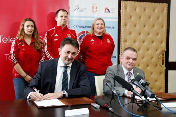 Potpisivanje ugovora: Predrag Ćulibrk, generalni direktor Telekoma Srbija i Nenad Putnik, predsednik Streljačkog saveza Srbije