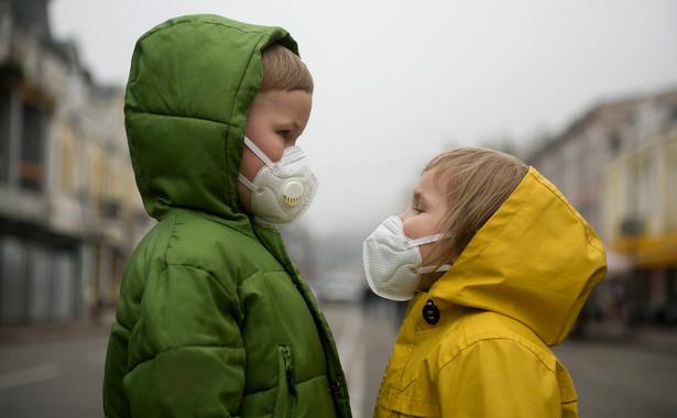 Dzieci w maseczkach ochronnych