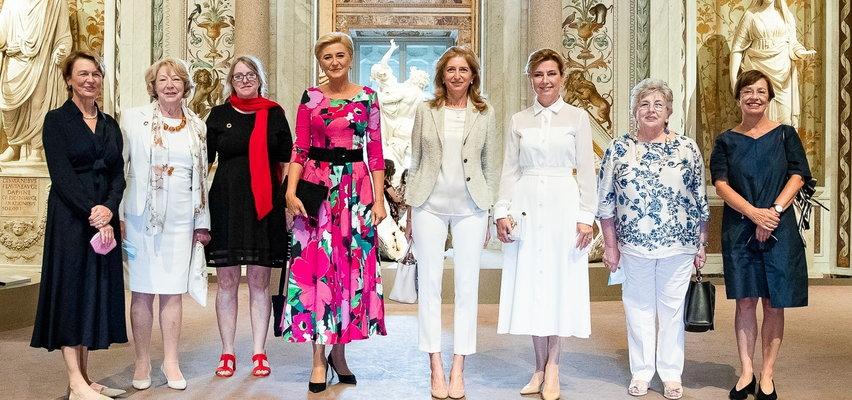 """Kreacja Agaty Dudy """"krzyczała"""" na tle jej odpowiedniczek w Rzymie. Stylista mówi o """"dużym minusie"""". Ale dostało się też innej prezydentowej za... """"To jest wręcz karalne w etykiecie ubioru!"""""""