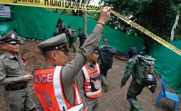 Służby ratunkowe przed jaskinią w Tajlandii