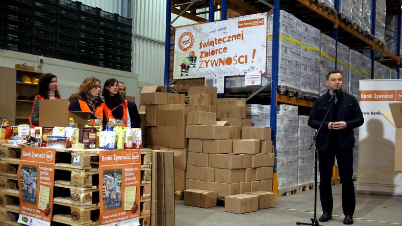 Prezydencka para wzięła udział w pakowaniu świątecznych paczek z żywnością dla potrzebujących
