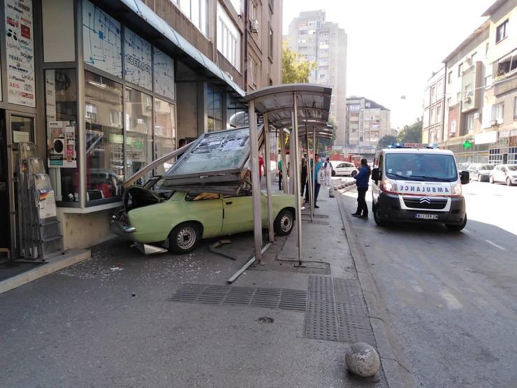 """Posle sudara """"opel"""" je uleteo u stajaliste u Obrenovićevoj ulici u Nišu"""