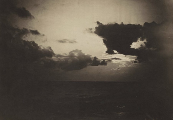 Ova fotografija je nastala na prelazu između 1856. i 1857. godine, a njen autor, Gustav Le Grej je koristio dva negativa (negativ mora i neba) i spojio ih na horizontu. Ovo je omogućilo fotografu da na istoj fotografiji koristi dve različite ekspozicije