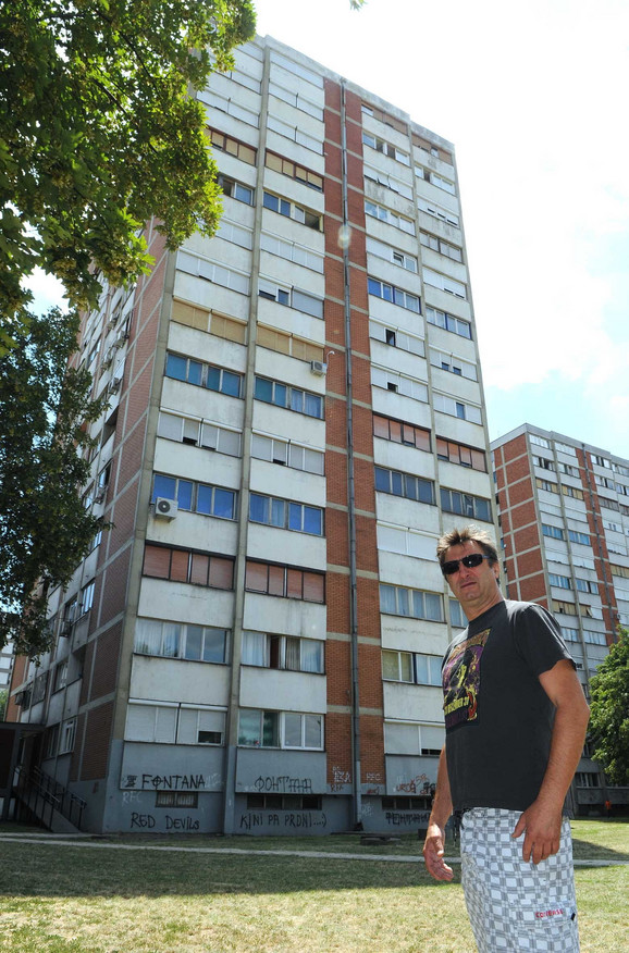 """U Soliteru za mušku decu nema stanova na prodaju, a i ako ima, skupi su. """"Soliter nije nov, ali je na ceni. Kvadrat je 2.500 evra, pa ko želi, neka kupi. Ko nema, može i da iznajmi stan na određeno vreme. Za mlađe parove je jeftinije. Ko ne želi, neka letuje na moru, dobiće sigurno žensko"""", kaže stanar Miodrag Pejković"""