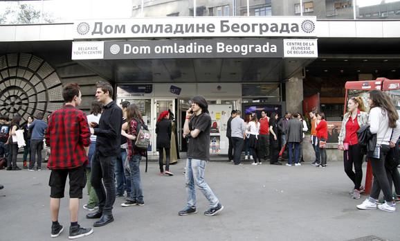 Dom omladine obnovljen je novcem koji je donirala ambasada SAD, ali tako da Beograđani glasanjem SMS-om odluče za šta će biti iskorišćeno tih milion dolara