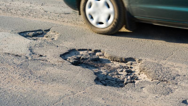 Jak uzyskać odszkodowanie za uszkodzenie auta na dziurawej drodze?