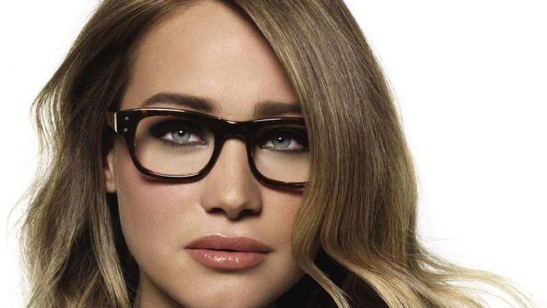 The Tortoise Shell Collection od Bobbi Brown doskonale podkreśli oczy kobiety noszącej okulary.