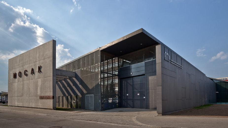 """Muzeum Sztuki Współczesnej w Krakowie MOCAK. Na fasadzie budynku widoczna praca Beata Streulego """"Kraków, October"""" (2005, 2006)"""