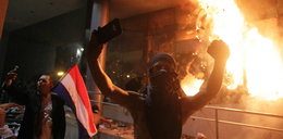 Wdarli się do parlamentu i podpalili go