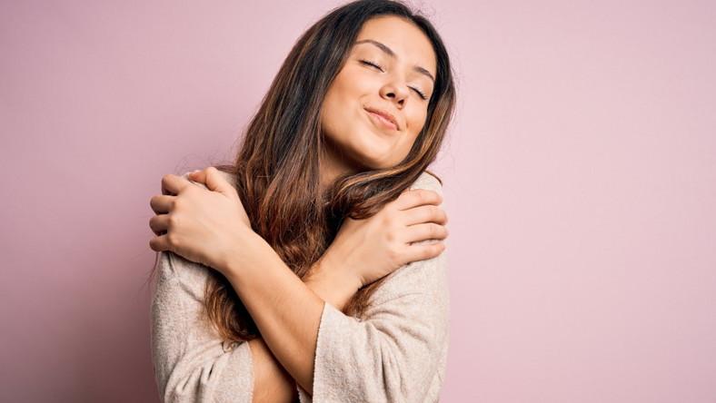 Szczęśliwa pewna siebie kobieta