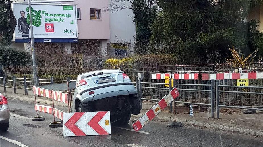 Samochód wpadł do wykopu w al. Hallera