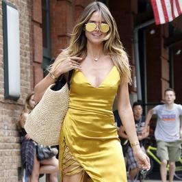 Heidi Klum w złotej sukience z dekoltem. Modelka odsłoniła też zgrabne nogi