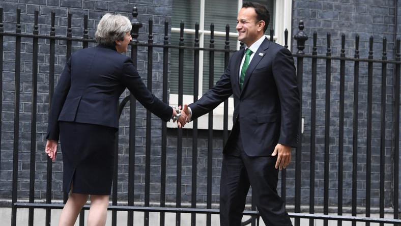 Brytyjska premier słynie z zamiłowania do niecodziennych wzorów butów. Na Wyspach zyskała wręcz miano obuwniczej królowej polityki. Jej butów trudno jest nie zauważyć.
