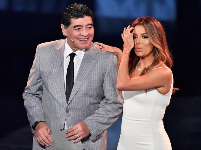 Maradona kraj SVETSKE LEPOTICE: Njene obline su najbolje NA SVETU!