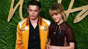 """Charlie Heaton i Natalia Dyer pierwszy raz razem na czerwonym dywanie. Aktorzy z serialu """"Stranger Things"""" nie wiedzieli jak pozować do zdjęć?"""