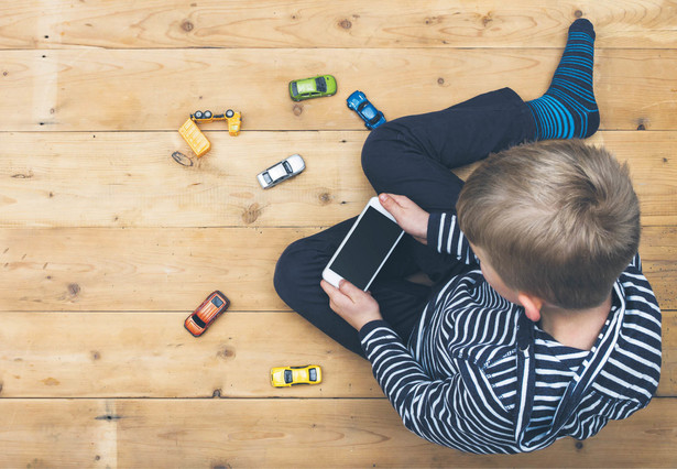 """Wiele dzieci w wieku szkolnym jest uzależnionych od internetu i mediów społecznościowych – wynika z raportu """"Młodzi cyfrowi""""."""