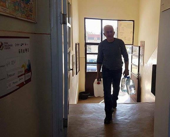 U balonima donose vodu za 14 đaka i đačku kuhinju, domar Gojko Matović